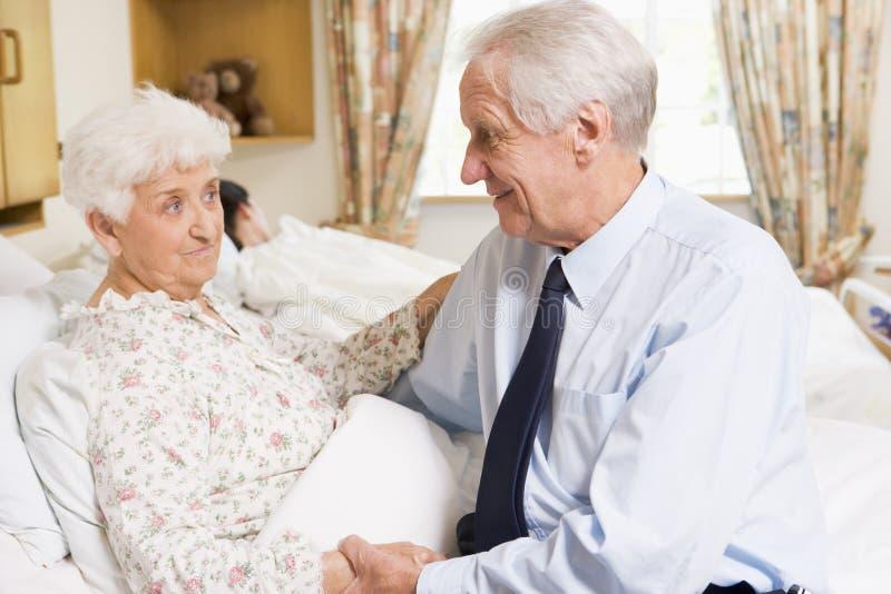 De hogere Zitting van de Mens met Zijn Vrouw in het Ziekenhuis royalty-vrije stock afbeelding