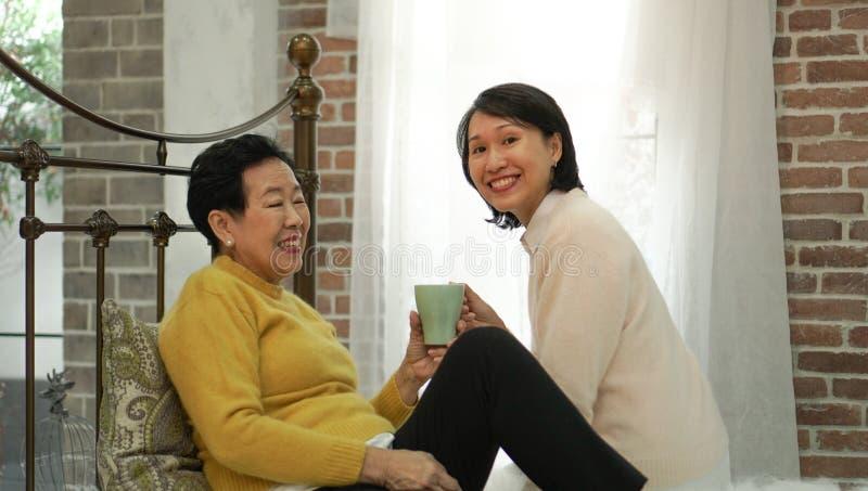 De hogere zorg thuis dienst, gezondheidszorg het verouderen de maatschappijzaken royalty-vrije stock afbeeldingen