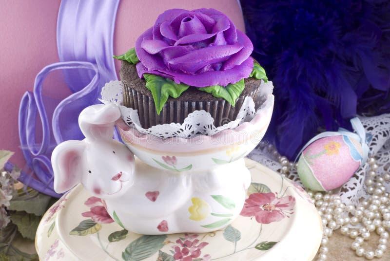 De Holding Cupcake van de paashaas stock foto