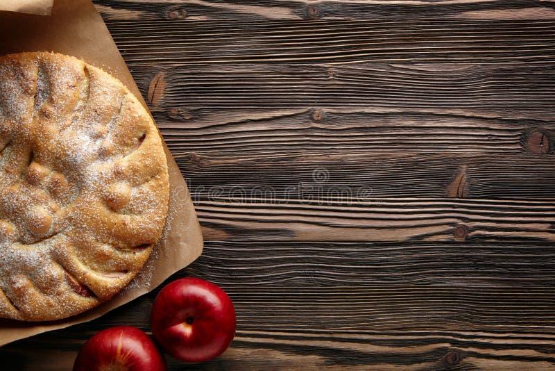 De holding die van de vrouw appeltaart toont stock afbeelding
