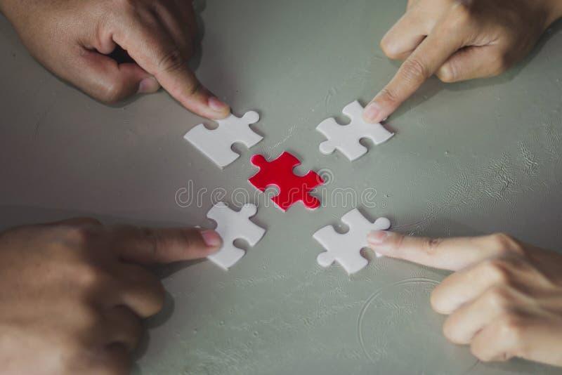 De holding die van het vier vingerpunt vier wit en rood stuk verbinden ji stock afbeelding