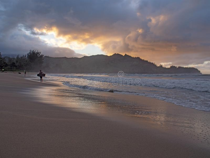 De holding die van de jong geitjesurfer bodyboard oceaan verlaten bij zonsondergang royalty-vrije stock afbeeldingen