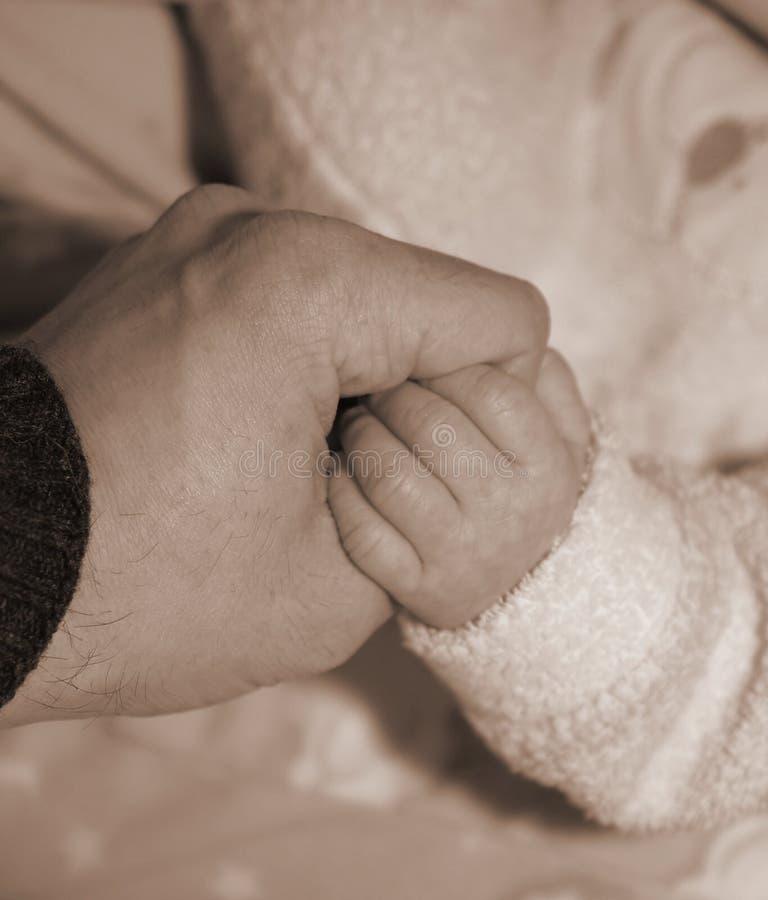 De holding-Handen van vader-en-zoon in een Akte van Liefde royalty-vrije stock foto's