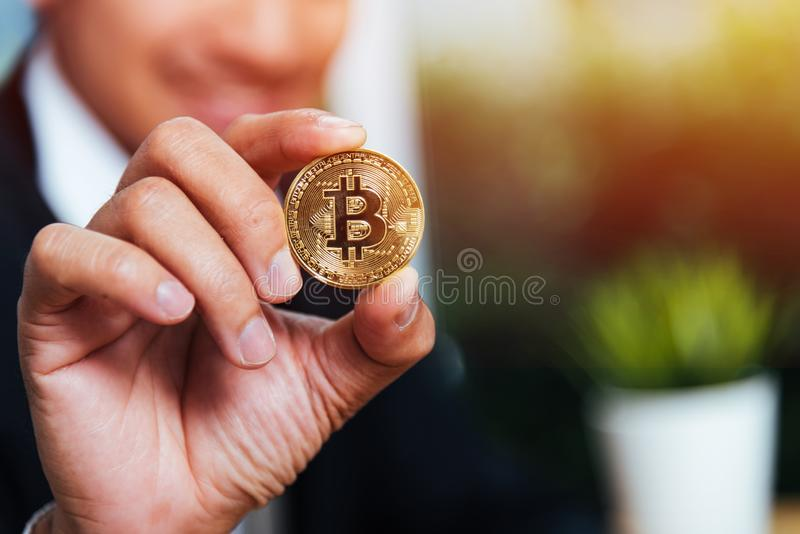 De holding van de bedrijfsmensenhand toont crypto bitcoin muntgeld royalty-vrije stock afbeelding