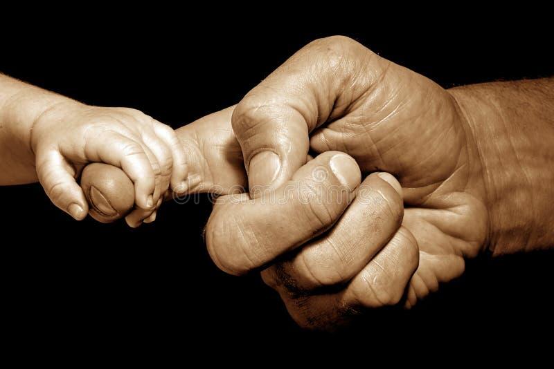 de holding van de babyhand langs royalty-vrije stock afbeelding