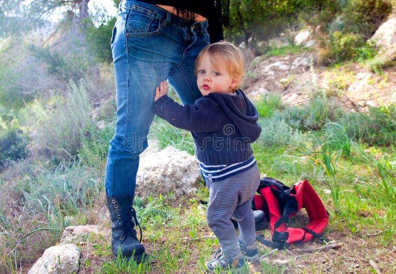 De holding van de babyjongen op zijn moeder stock afbeeldingen