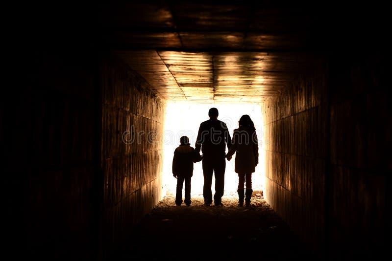 De holding van de familie dient de tunnel in royalty-vrije stock fotografie
