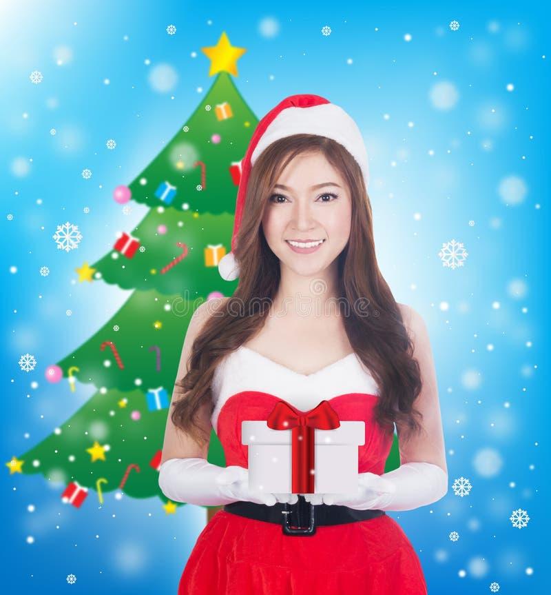 De holding van de Kerstmisvrouw iets het glimlachen stock fotografie