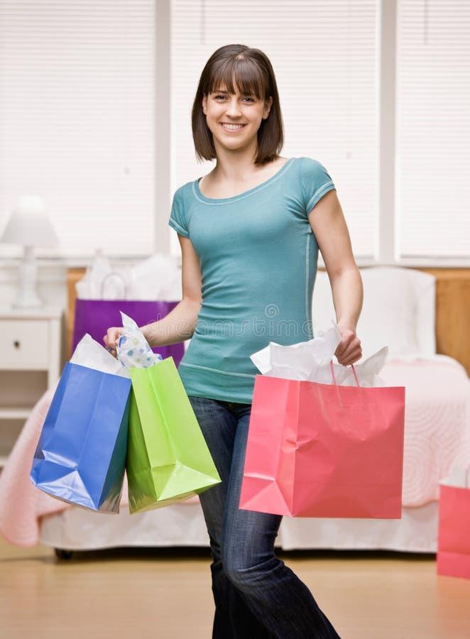 De holding van de klant het winkelen zakken stock afbeeldingen