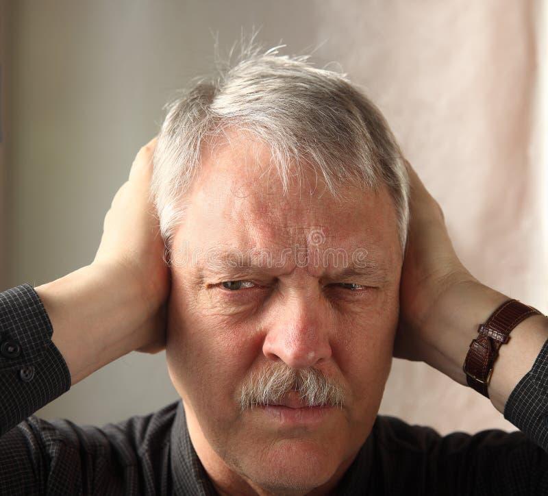 De holding van de mens overhandigt oren royalty-vrije stock fotografie