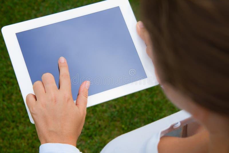 De holding van de vrouw en het richten op tabletPC stock afbeeldingen
