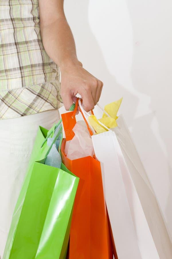 De holding van de vrouw het winkelen zakken royalty-vrije stock afbeelding