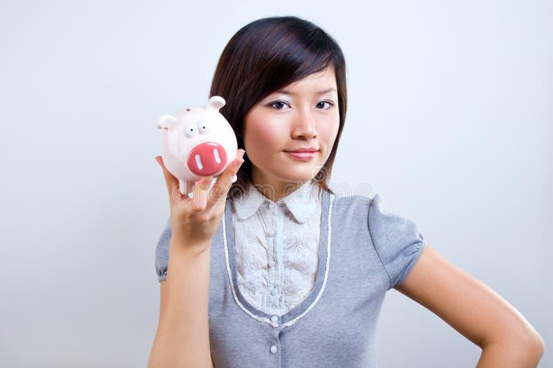De holding van de vrouw piggybank royalty-vrije stock afbeeldingen