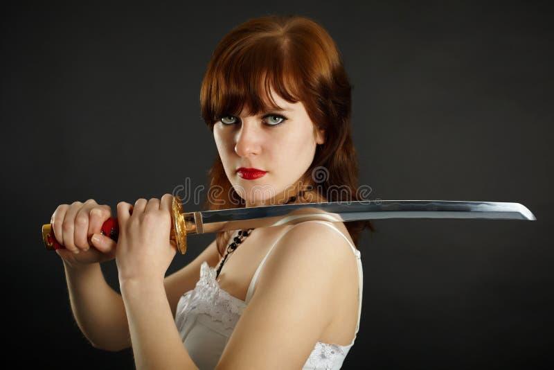 De holding van de vrouw wat een zwaard klaar zijn royalty-vrije stock foto