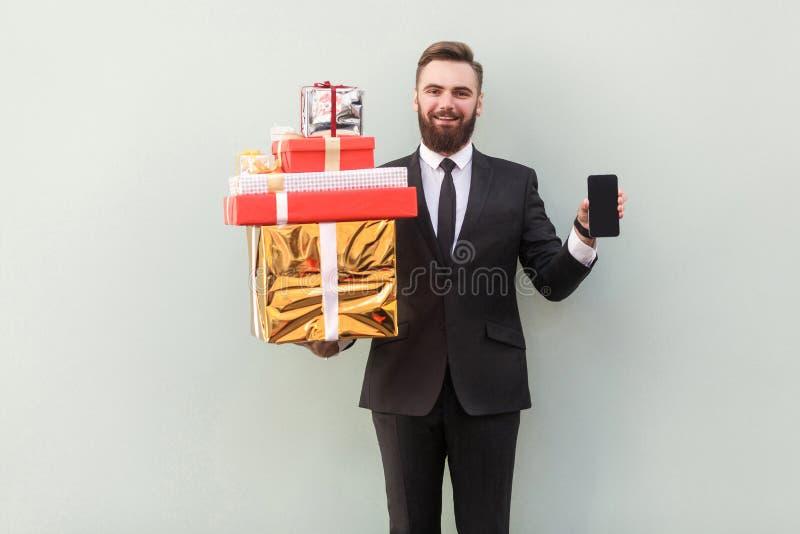 De holding van de gelukmanager en het tonen bij de doos van camerakerstmis stock afbeelding