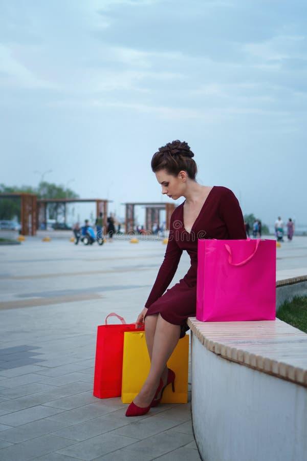 De holding van het meisje het winkelen zakken stock foto