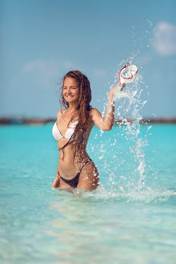 De holding van het de pretmeisje van de strandvakantie snorkelt scuba-uitrustingsmasker die zich in oceaanwater bevinden De zomer stock afbeelding