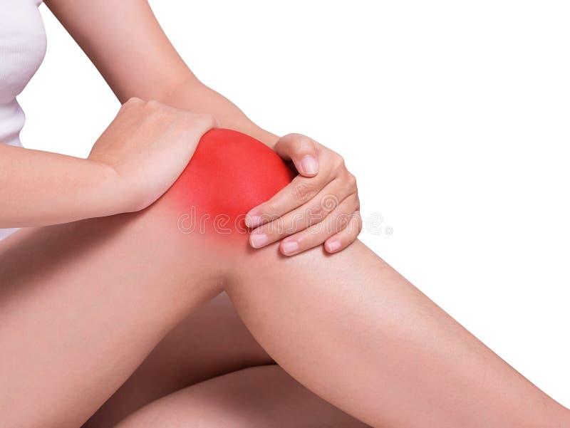 De holding van de vrouwen` s hand rond knie die aan kniepijn lijden stock afbeeldingen