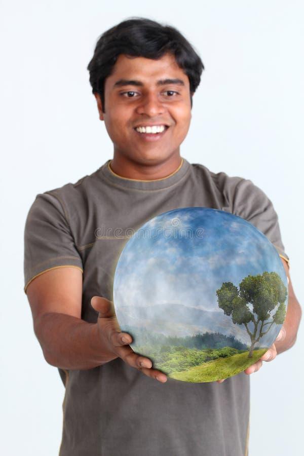 De holdings gloeiende bal die van de persoon ecosysteem bevat royalty-vrije stock foto's