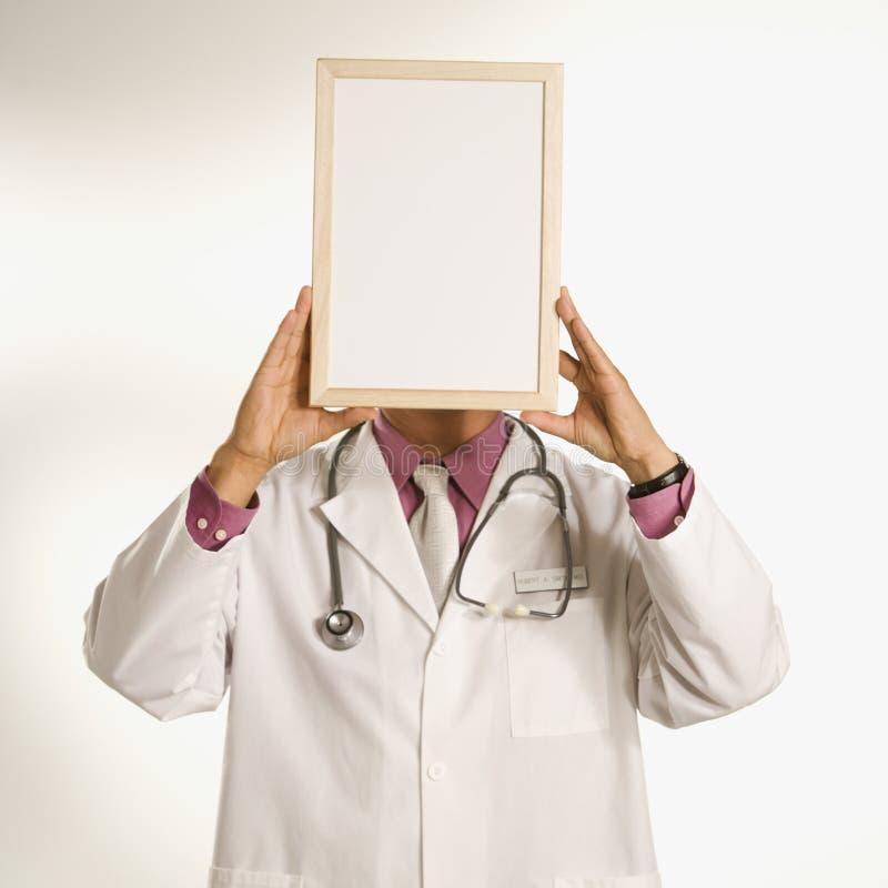 De holdings leeg teken van de arts. stock afbeelding