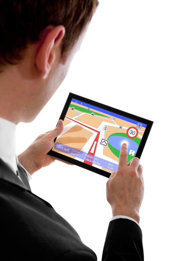 De holdings touchpad PC van de mens met een navigatieprogramma stock foto