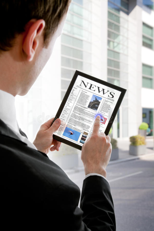 De holdings touchpad PC van de zakenman, lezingskrant