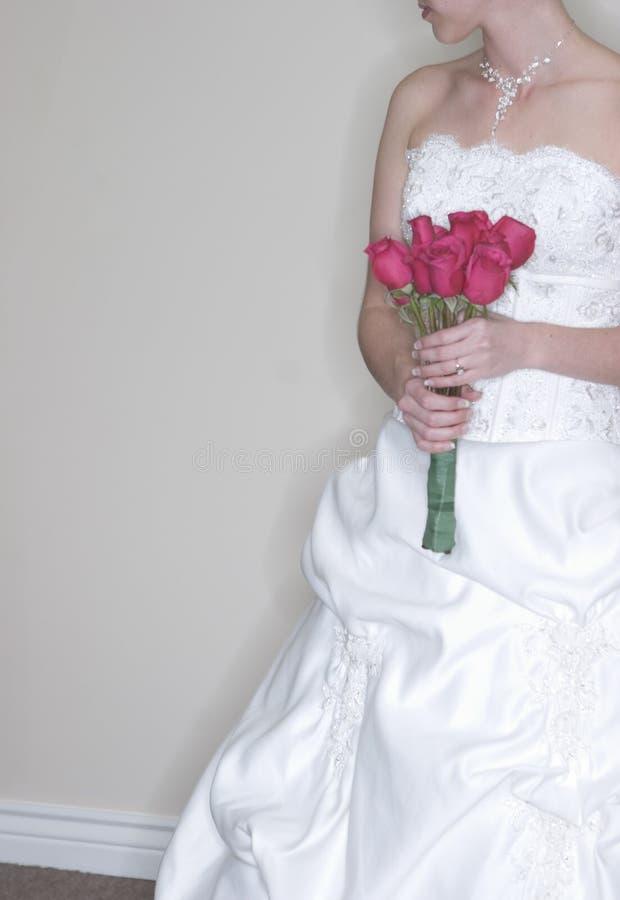 De holdingsboeket van de bruid het kijken royalty-vrije stock fotografie