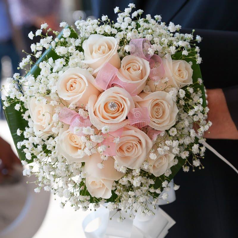 De holdingsboeket van de close-upbruid van roze rozen royalty-vrije stock afbeeldingen