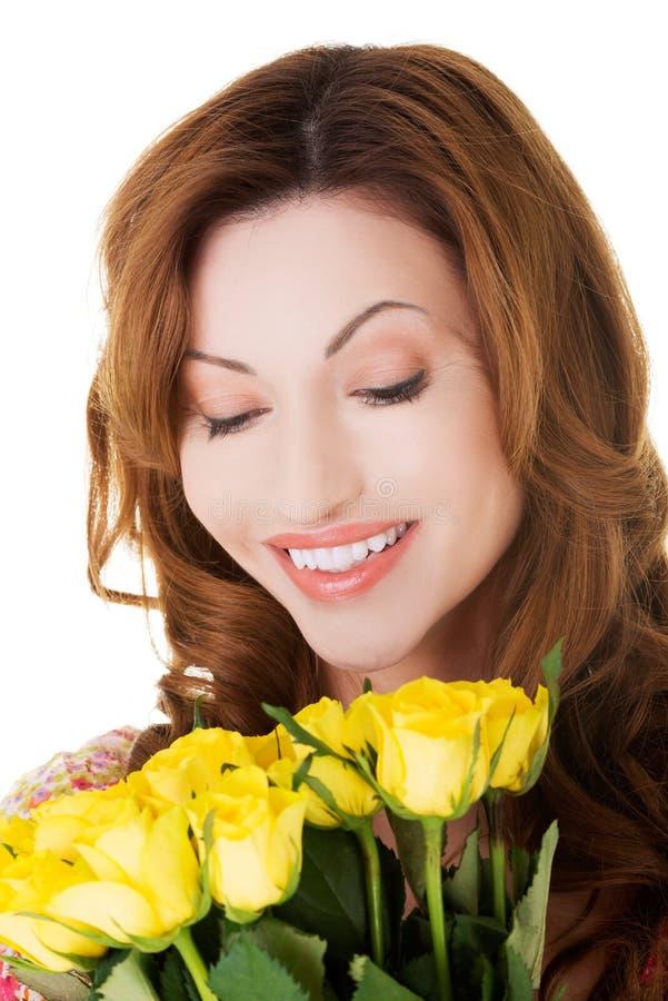 De holdingsbos van de portret gelukkige vrouw van rozen royalty-vrije stock fotografie