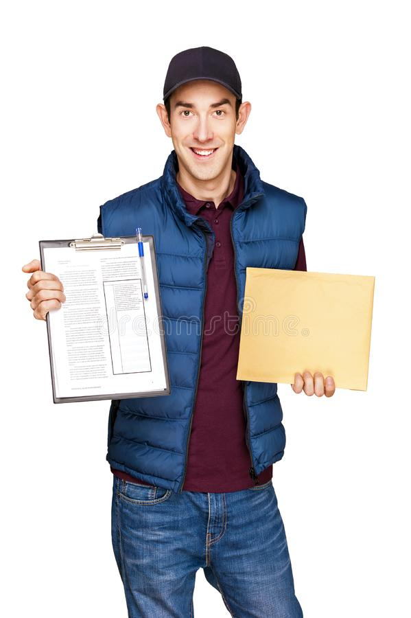De holdingsbrief van de leveringsmens over witte achtergrond wordt geïsoleerd die stock afbeelding