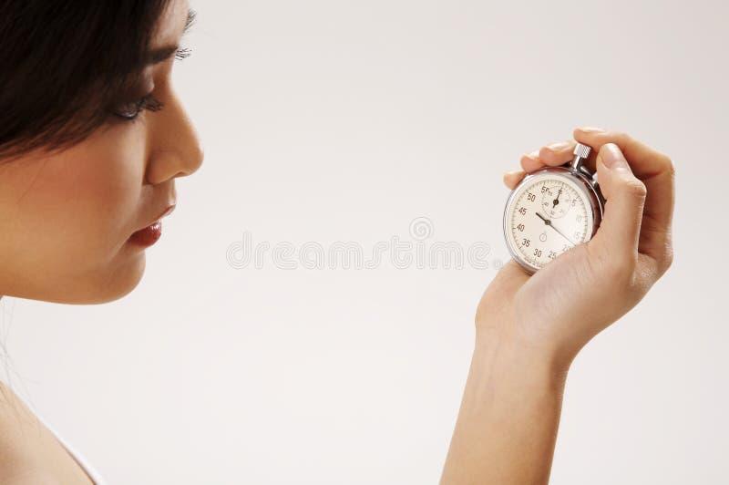 De holdingschronometer van de vrouw royalty-vrije stock foto