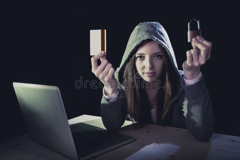 De holdingscreditcard die van het hakkermeisje de creditcard van de privacyholding in cybercrime en cyber misdaad overtreden royalty-vrije stock foto