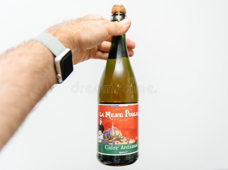 De holdingsfles van de mensenhand Verse Franse cider royalty-vrije stock foto's