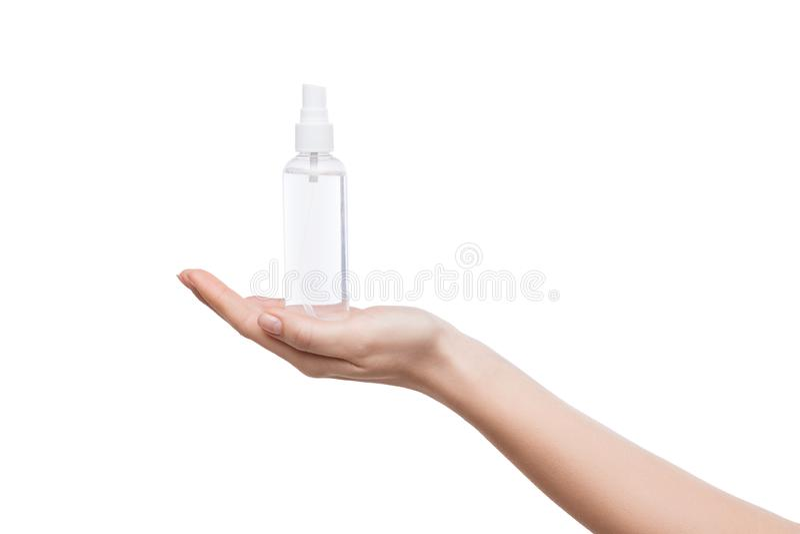 De holdingsfles van de vrouwenhand met thermisch geïsoleerd water stock afbeelding
