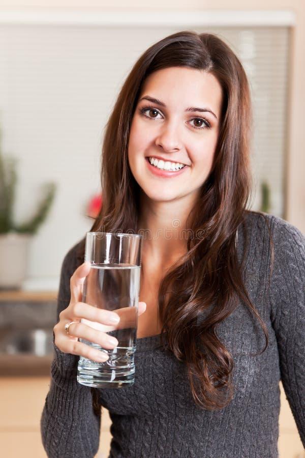 De holdingsglas van de vrouw water royalty-vrije stock afbeelding