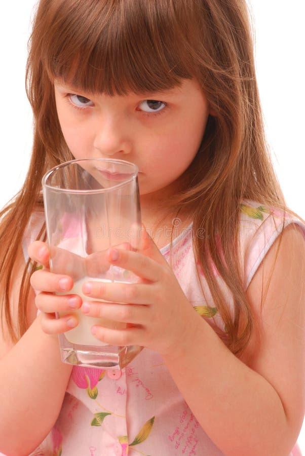De holdingsglas van het meisje melk royalty-vrije stock fotografie