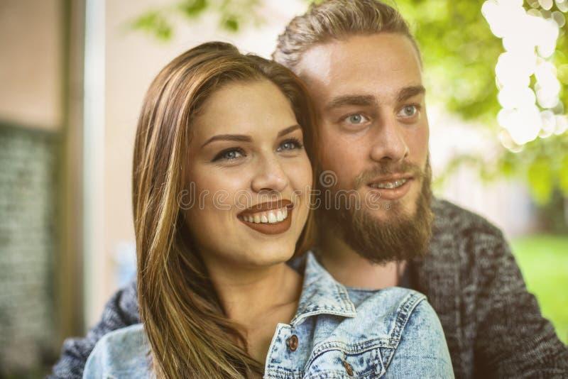 De holdingshanden van het paar in openlucht Gelukkig paarportret royalty-vrije stock afbeelding