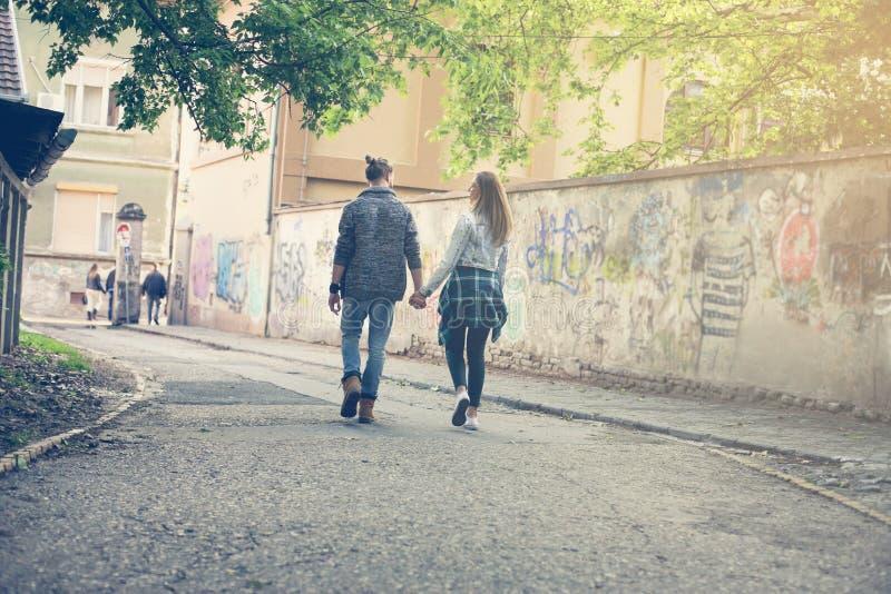 De holdingshanden van het paar in openlucht Lopende straat stock afbeeldingen