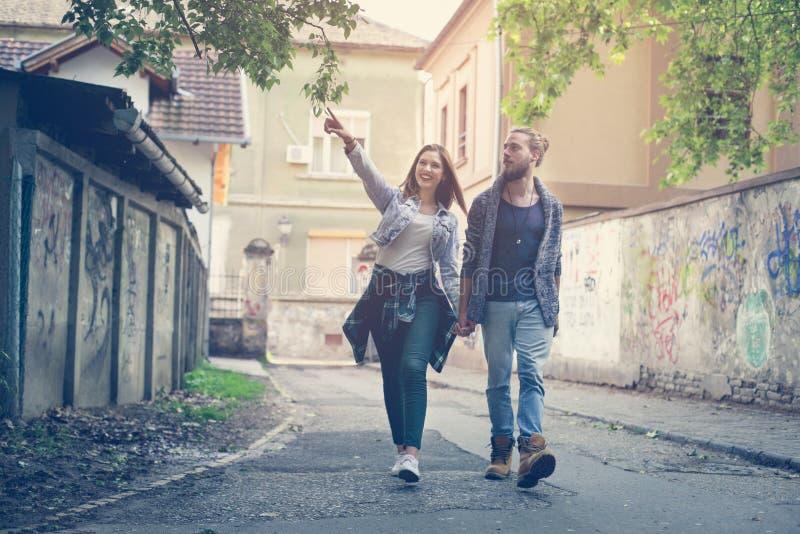 De holdingshanden van het paar in openlucht Meisje die iets tonen aan h stock foto