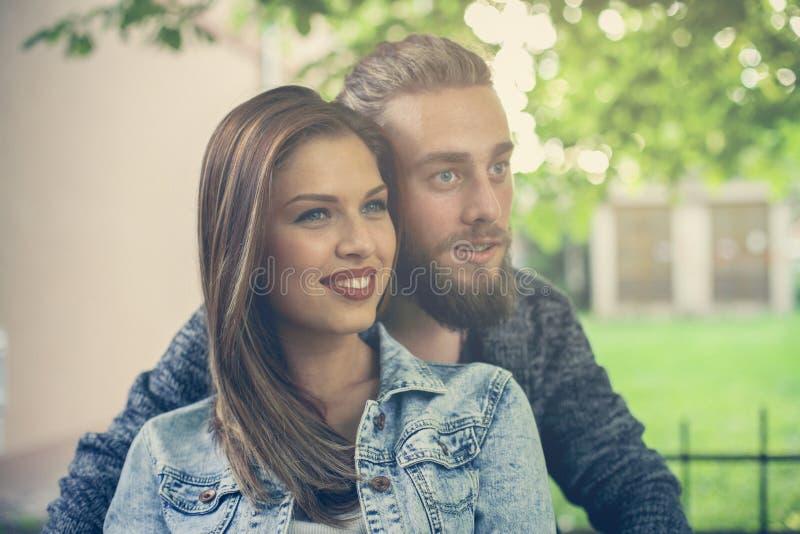 De holdingshanden van het paar in openlucht Portret stock fotografie