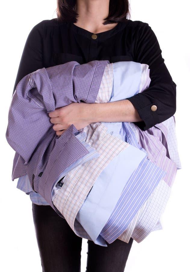 De holdingsoverhemd van de vrouw stock foto