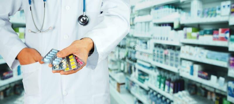 De holdingspak van de artsenhand verschillende tabletblaren Schrijf geneesmiddel, wettelijke drogisterij voor royalty-vrije stock fotografie