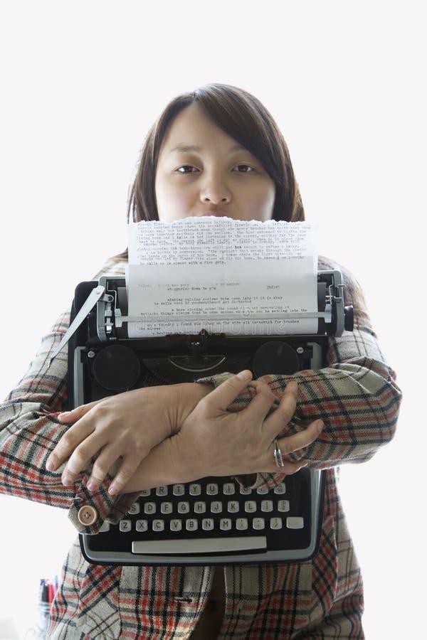 De holdingsschrijfmachine van de vrouw. royalty-vrije stock afbeeldingen