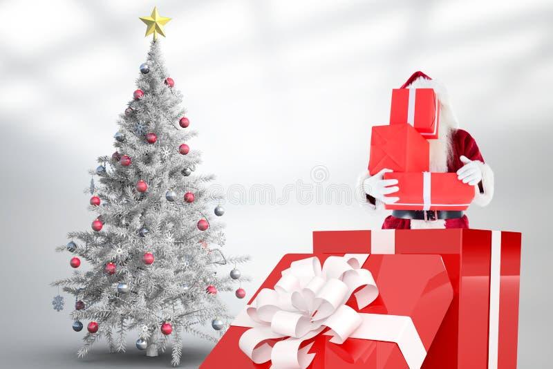 De holdingsstapel van de Kerstman giften terwijl status binnen grote giftdoos stock fotografie