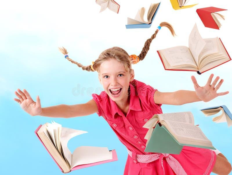 De holdingsstapel van het schoolmeisje van boeken. stock foto's