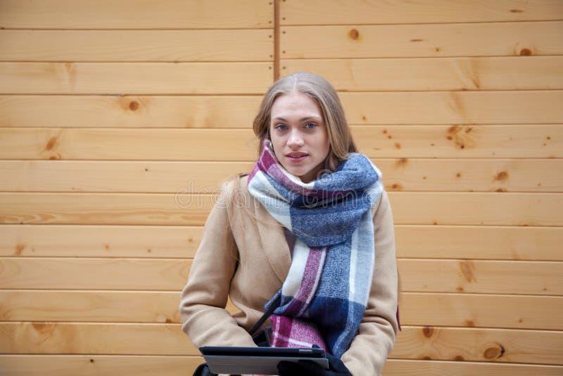 De holdingstablet van de blonde mooie vrouw op stadsstraat stock afbeelding