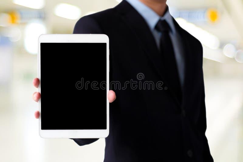 De holdingstablet van de zakenmanhand met spatie op het schermvertoning ove royalty-vrije stock afbeelding