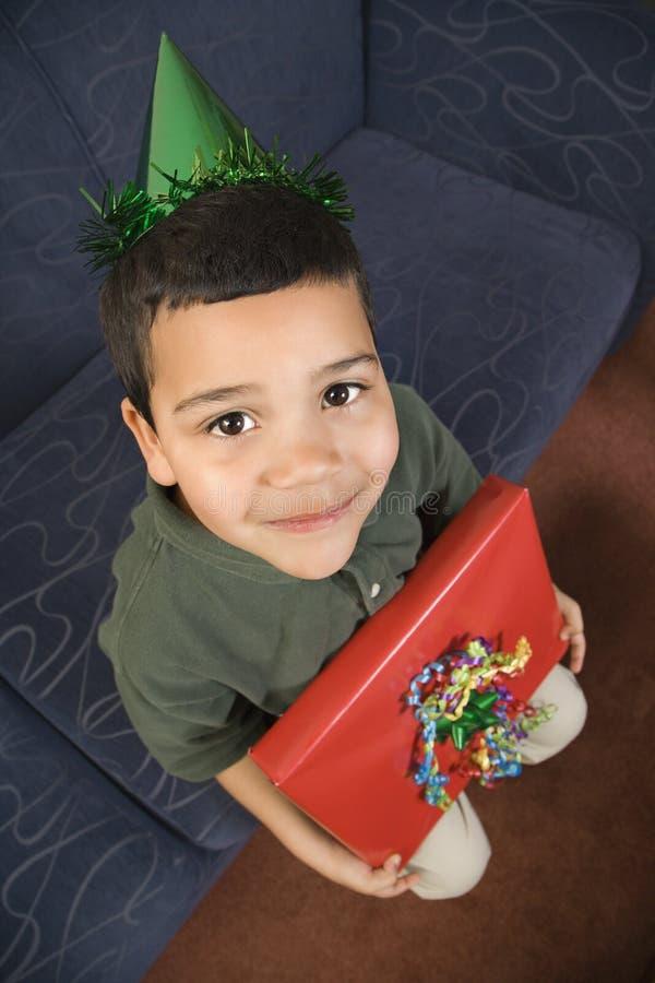 De holdingsverjaardagsgeschenk van de jongen. royalty-vrije stock foto
