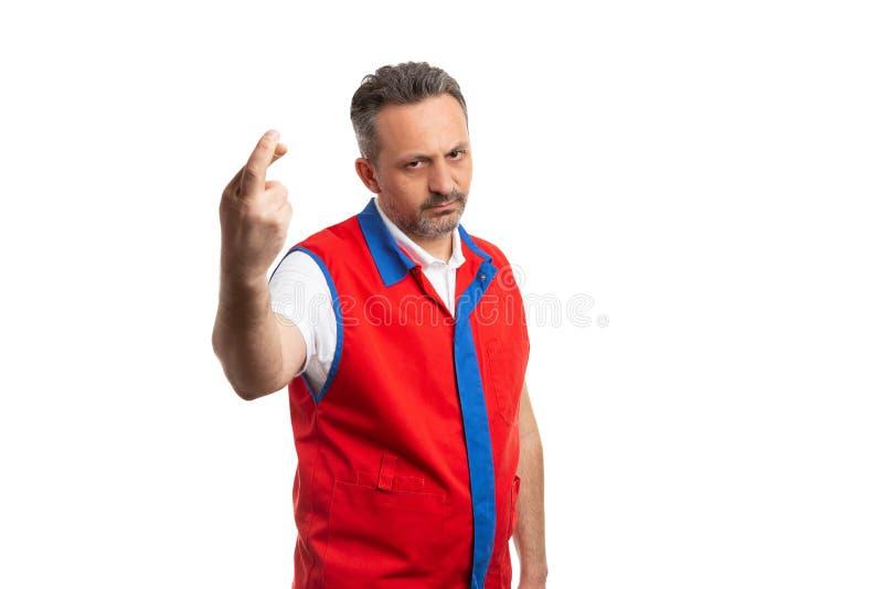 De holdingsvingers van de supermarktwerknemer met boze uitdrukking worden gekruist die stock fotografie