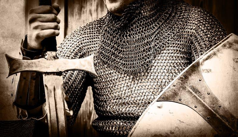 De holdingszwaard en schild van de riddermens royalty-vrije stock foto's